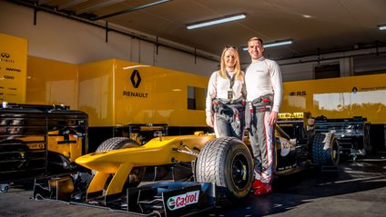 Пара побралася під час тесту болідів Формули-1 - фото 1