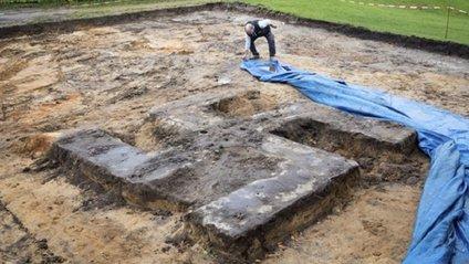 У Гамбурзі знайшли гігантську свастику з бетону: фотофакт - фото 1