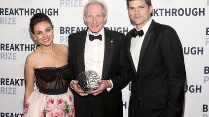 Міла Куніс та Ештон Катчер вручили премію Кіму Насміту - фото 1