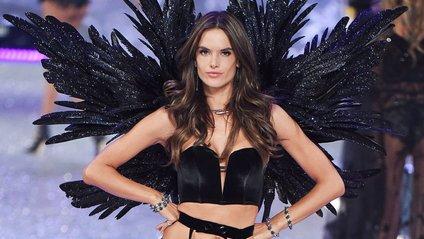 Екс-ангел Victoria's Secrets похизувалася ідеальною фігурою на пляжі - фото 1