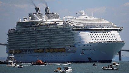 У порту Барселони пором врізався в круїзний лайнер - фото 1