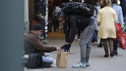 Житель Нью-Йорка замовив на Amazon подарунки безхатченкам - фото 1