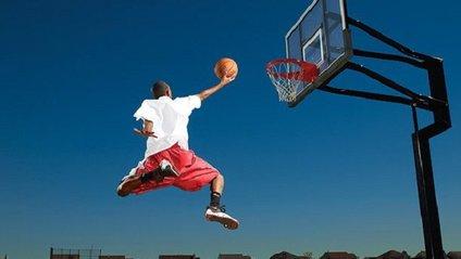 На голову гравця під час матчу впала баскетбольна стійка зі щитом - фото 1