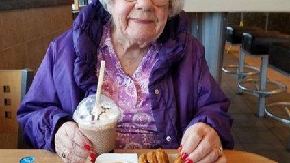 101-річна бабуся стала зіркою мережі: фотофакт - фото 1