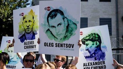 У Борисполі з'явилися наклейки на валізи з написом #FreeSentsov - фото 1