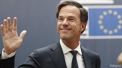 Прем'єр-міністр Нідерландів пролив каву і став зіркою мережі - фото 1