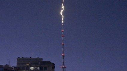 З'явилося відео удару блискавки в київську телевежу - фото 1