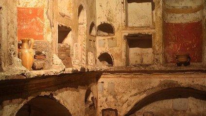 Давні тексти розташовуються на гробницях - фото 1