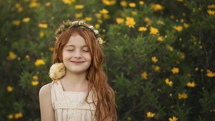 Рудоволоса дівчинка і тварини: казкові фото - фото 1