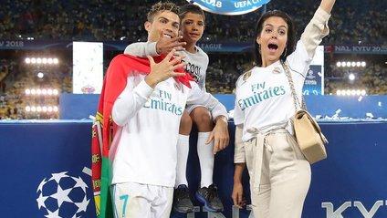 Роналду з коханою та сином - фото 1