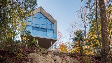 На самоті з природою: чарівний лісовий дім на скелі в Канаді - фото 1