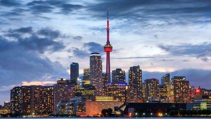 Найбільше місто Канади у вечірніх вогнях - фото 1