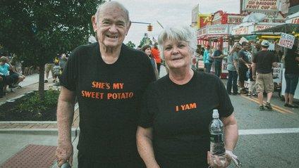 Літнє подружжя з чудовим почуттям гумору - фото 1