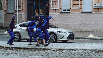 Режисером ролика став Люк Хуксхем - фото 1