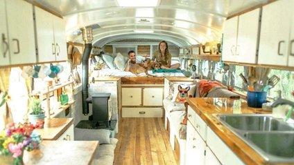 Пара перетворила старий автобус у дім - фото 1