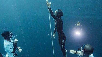 Дівчина пірнула в блакитну безодню поблизу Багамських островів - фото 1