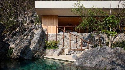 Ідеальний дім у скелі біля океану - фото 1