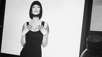 Артистка позувала в чорному облягаючому вбранні - фото 1