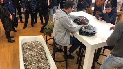 Чоловік купив iPhone XS за ванну монет: фотофакт - фото 1