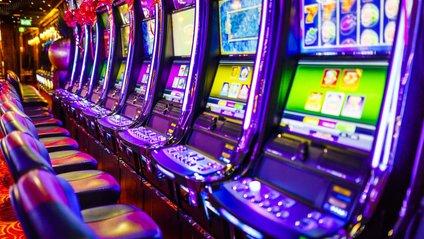 Люди в казино звертають меншуувагуна інформацію про шанси на перемогу - фото 1