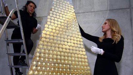 Всього на поверхню піраміди помістили 2018 монет - фото 1