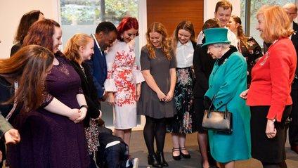Єлизавету II поведінка малого, схоже, розсмішила - фото 1