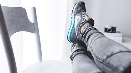"""Чи шкідливо сидіти """"нога на ногу"""" - фото 1"""
