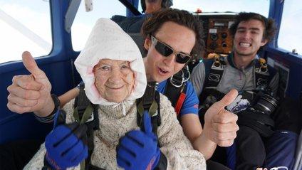 Ця бабця планує стрибнути з парашутом і у 105 років - фото 1
