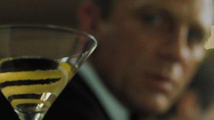 Агент 007 випиває навіть при виконанні службових обов'язків - фото 1
