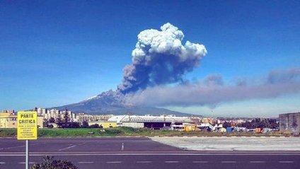 В Італії почав вивергатися найбільший діючий вулкан у Європі - фото 1