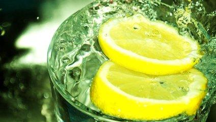 Тепла вода з лимоном чудово очищає організм - фото 1