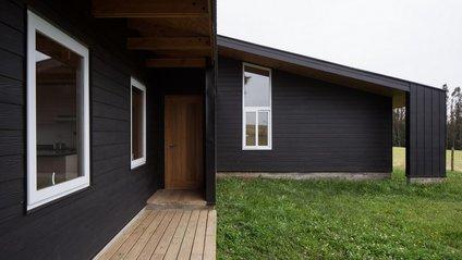 Архітектори створили чорний дім біля озера у Чилі - фото 1