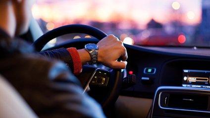 Водій використовує світлові сигнали на дорозі - фото 1