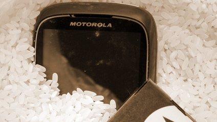 Чому не варто сушити телефон у рисі - фото 1