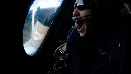 До меж космосу відправили літак з людиною - фото 1