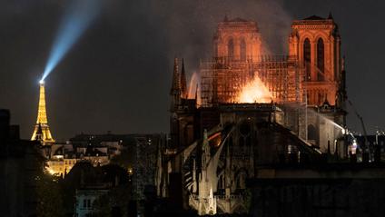 Нотр-Дам де Парі під час пожежі 15 квітня 2019 - фото 1