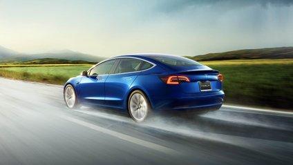 Власник Tesla показав шалені черги на заправках - фото 1