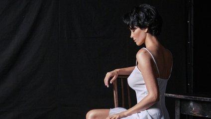 Астаф'єва одягнена у трохи дивний темний костюм - фото 1