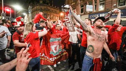 Як фанати святкували перемогу Ліверпуля - фото 1