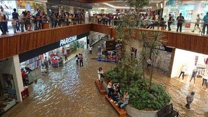 У затопленому ТЦ у Мексиці зіграли пісню з Титаніка - фото 1