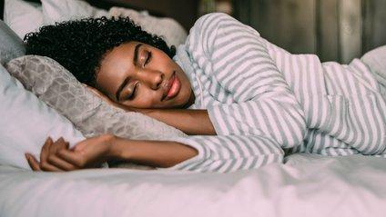Науковці наголошують на тому, що у спальні має бути темно - фото 1