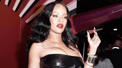 На фото Rihannaпозує в напівпрозорому комбінезоні - фото 1