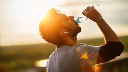 Поповнювати депо води в організмі треба не тільки чистою водою - фото 1