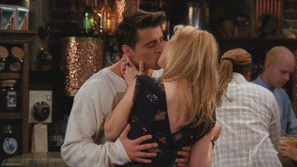 Найкращі поцілунки з серіалу Друзі - фото 1