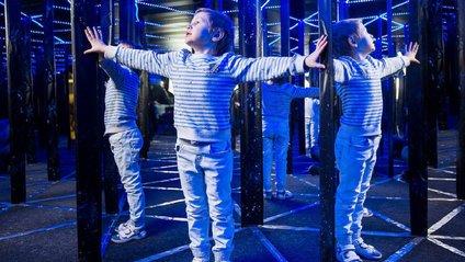 Мережу розвеселило фіаско хлопчика у дзеркальному лабіринті: кумедний ролик - фото 1