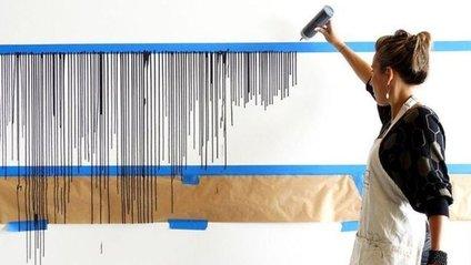 Дівчина наклеїла на стіну скотч і облила фарбою: результат вражає - фото 1