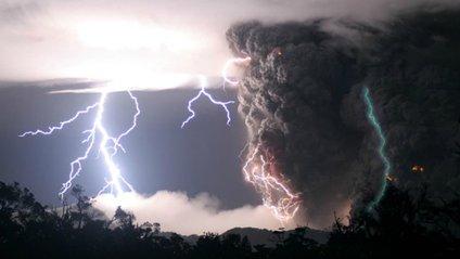 Блискавка попала у вулкан - фото 1