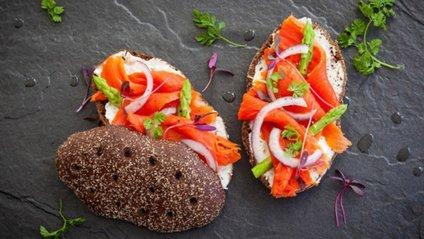 Бутерброд з чорним хлібом - фото 1