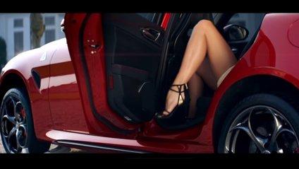 Чоловік покатав голу дівчину на кузові Ferrari: відео (18+) - фото 1