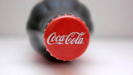 Придивіться до символу Coca-Cola - фото 1